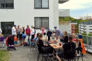 Människor som äter vid bord utomhus.